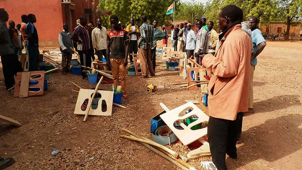 Sanya Kagni - Providing tools to the masons
